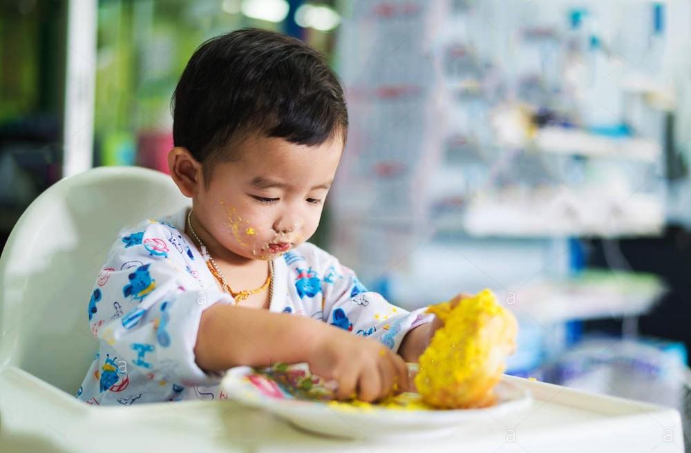 Trẻ chỉ thích ăn vặt: Cha mẹ nên làm thế nào? - Ảnh 1