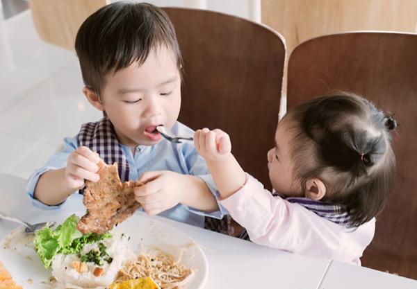 Trẻ chỉ thích ăn vặt: Cha mẹ nên làm thế nào? - Ảnh 6