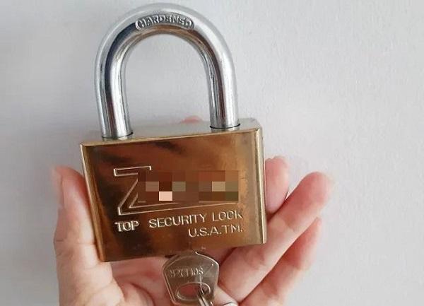 Xuất hiện hình thức giả nhân viên ngành điện lừa đảo bán ổ khóa ở Long An - Ảnh 1