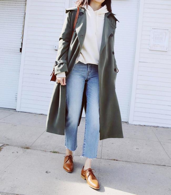 Diện áo hoodie cùng quần jeans bên trong sẽ giúp chiếc áo trench coat vốn thanh lịch, nữ tính trở nên trẻ trung, khỏe khoắn hơn vài phần; và khả năng giữ ấm thì không thể bàn cãi.