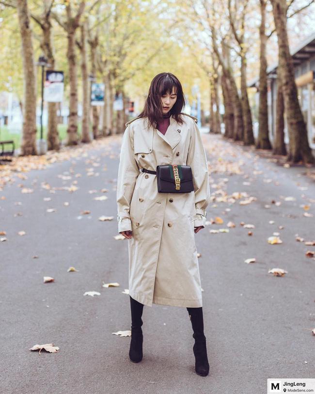 Đôi khi, các nàng có thể cài khuy kín bưng để biến tấu trench coat trở thành chiếc váy vừa ấm áp lại đậm chất nữ tính; tô điểm thêm đôi boots cao cổ nữa là chuẩn thanh lịch và thời thượng tuyệt đối.