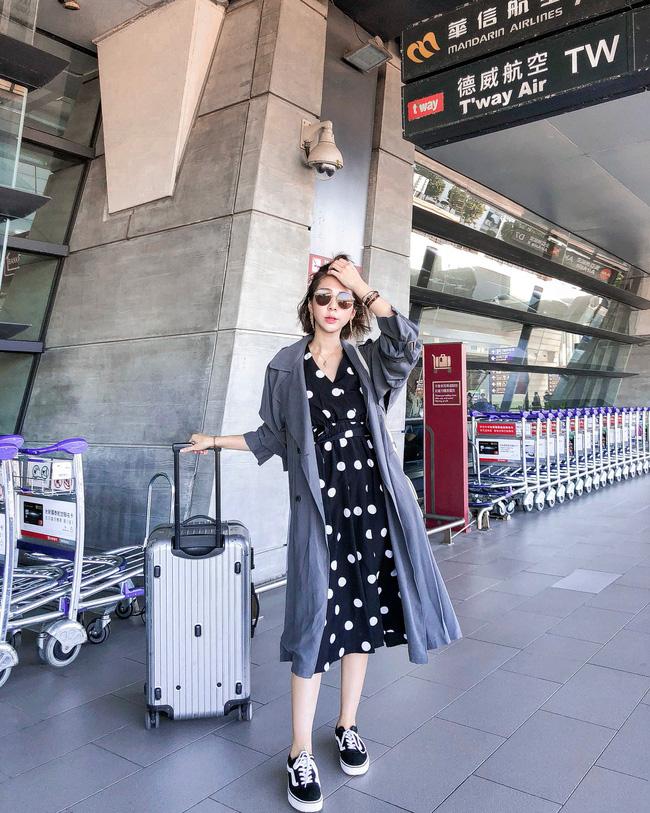 Cũng không thể bỏ qua bộ đôi váy liền + áo trench coat, diện lên không chỉ nữ tính mà còn thời thượng và thanh lịch hết sức.