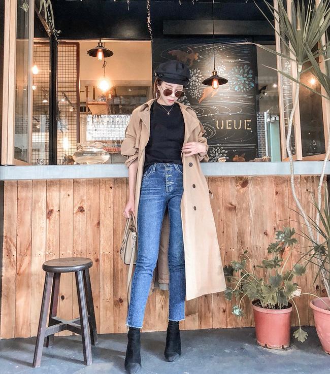 Diện bên trong áo trench coat một chiếc áo phông đen, quần jeans cạp cao rồi tô điểm thêm đôi boots da lộn xuyệt tông với màu áo, và các nàng đã có ngay một set đồ không thể cá tính và thời thượng hơn.