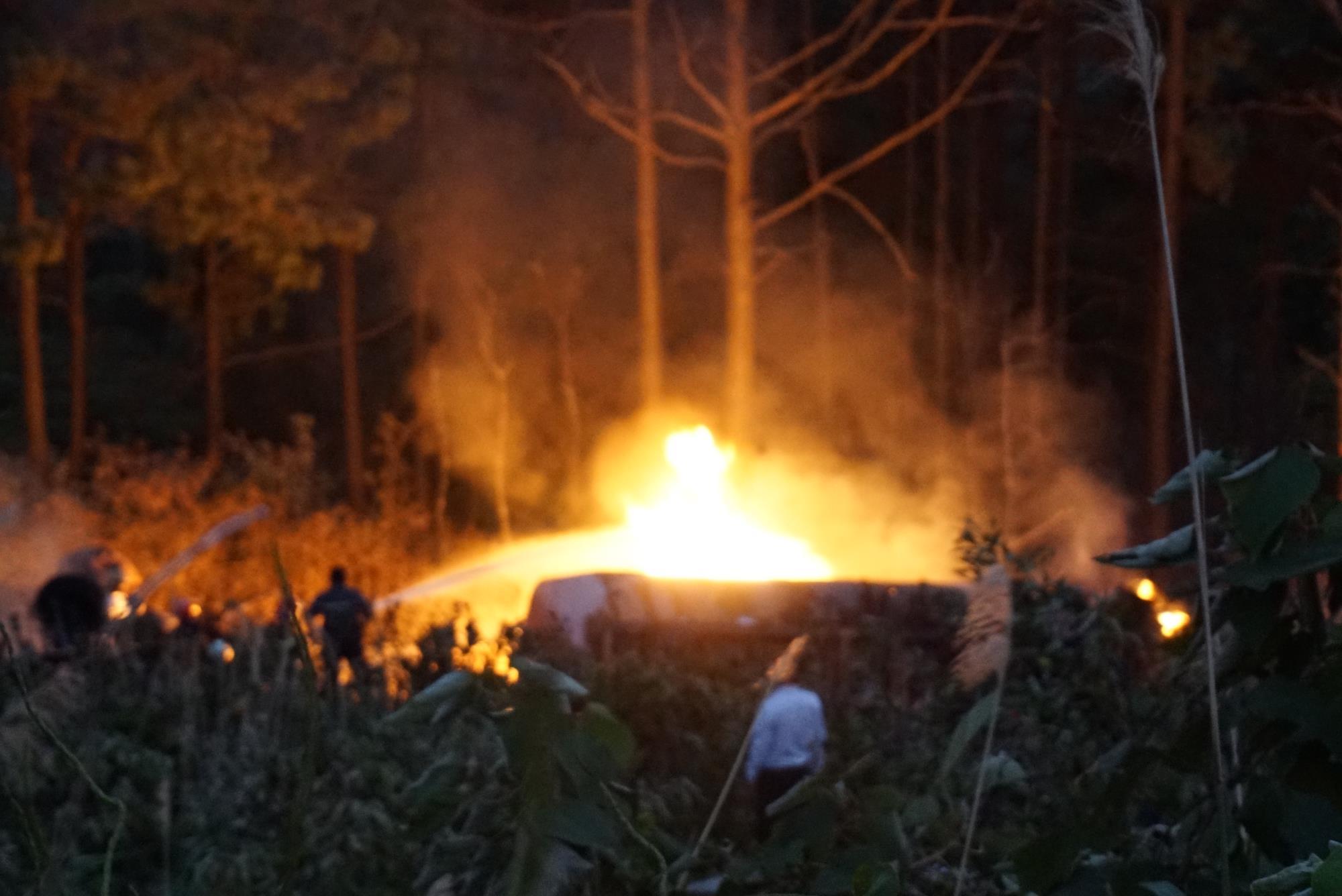 Xe bồn chở xăng lao xuống vực bốc cháy ngùn ngụt sau tai nạn, tài xế tử vong - Ảnh 1