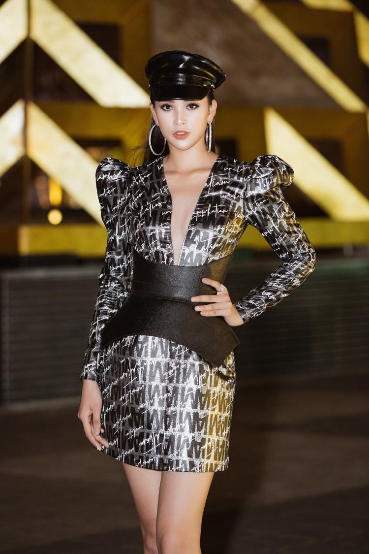 Khác với hình ảnh nhẹ nhàng lúc mới đăng quang, hoa hậu Tiểu Vy 'hầm hố' với style cá tính  - Ảnh 4
