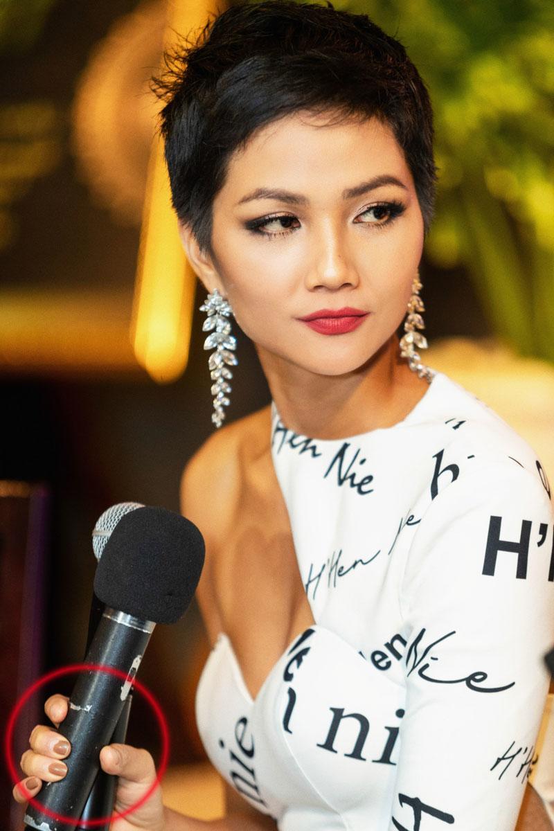 Mải mê thi đấu, Hoa hậu H'Hen Niê để lộ móng tay tróc sơn 'lổm chổm' khiến fan không khỏi xót xa - Ảnh 5