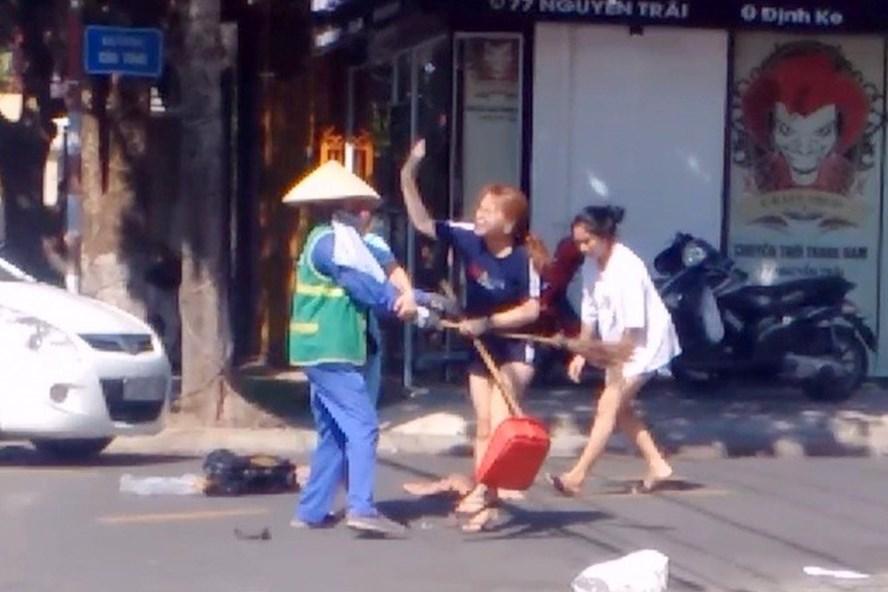 Xôn xao clip nhắc nhở việc vứt rác, nữ lao công bị cô gái đánh túi bụi - Ảnh 1
