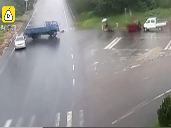 Người phụ nữ bị xe tải đâm khi băng qua đường đưa đồ cho con gái - Ảnh 1