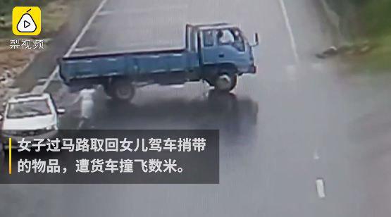 Người phụ nữ bị xe tải đâm khi băng qua đường đưa đồ cho con gái - Ảnh 2