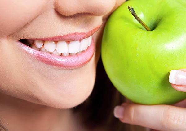 Táo là thực phẩm không thể thiếu khi nhắc đến việc điều trị các vấn đề về răng miệng
