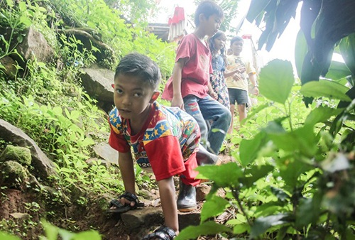 Khâm phục nghị lực của cậu bé mỗi ngày bò gần 6 km đến trường - Ảnh 1