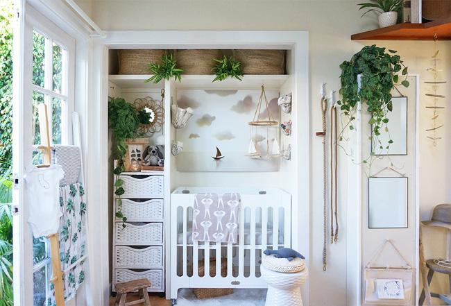 Phòng em bé nhỏ xinh, đối diện giường ngủ của bố mẹ.
