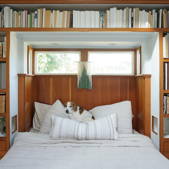 Giường của bố mẹ với các ngăn chứa bao quanh đầu giường, một giải pháp lưu trữ khá thông minh.