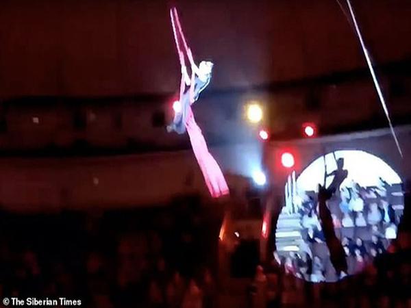 Nghệ sĩ xiếc đang biểu diễn ở độ cao gần 5 mét thì bất ngờ tuột tay, rơi xuống đất