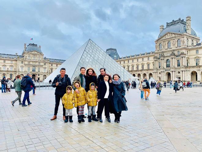 Kim Lý - Hà Hồ hạnh phúc đưa đại gia đình sang Pháp đón Giáng sinh - Ảnh 1
