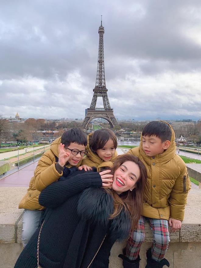 Kim Lý - Hà Hồ hạnh phúc đưa đại gia đình sang Pháp đón Giáng sinh - Ảnh 3