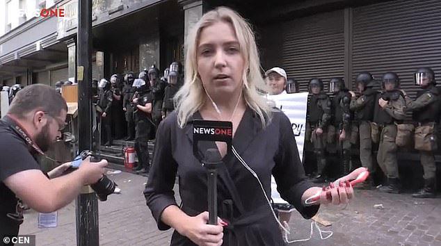 Nữ phóng viên bị ném trứng trên sóng truyền hình trực tiếp