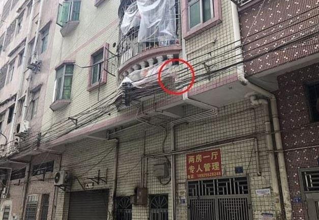 Trung Quốc: Clip cảnh sát hứng em bé rơi xuống từ tầng 2 khiến người xem thót tim - Ảnh 1