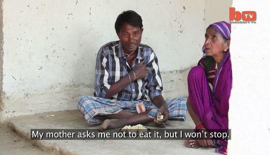 Dù được mẹ khuyên giải ăn cơm nhưng ông này vẫn một mực từ chối