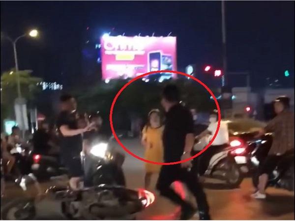 Nam thanh niên áo đen lao vào đánh thai phụ trên đường vì va chạm giao thông.