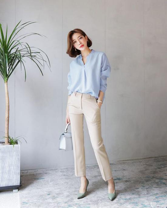 Sắc xanh baby không chỉ 'nịnh da' mà còn khiến người mặc trở nên trẻ trung hơn. Phối cùng mẫu áo cổ trụ là quần âu ống đứng, túi xách tay và giày cao gót kiểu dáng hiện đại.