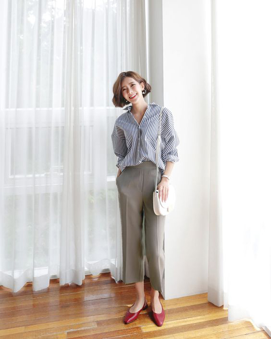 Ngoài những gam màu pastel, dịu mắt các bạn gái công sở có thể chọn thêm sơ mi họa tiết kẻ sọc để kết hợp cùng các kiểu chân váy, quần tây đơn sắc.