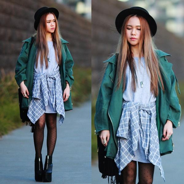 Áo phông oversize xanh mờ phối cùng trench coat và tất chấm bi, nhấn nhá một chút với sơ mi kẻ buộc ngang eo.