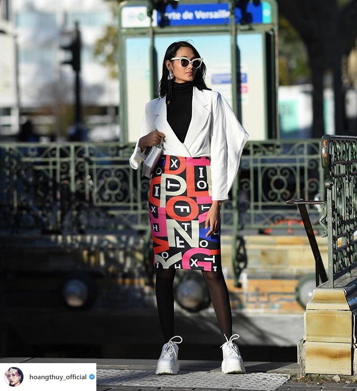 Đối với chân váy bút chì, bạn có thể dễ dàng mặc cùng áo cổ lọ và một chiếc áo khoác bên ngoài để giữ ấm cho cơ thể.