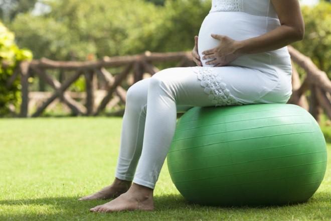 Những tư thế giúp chuyển dạ dễ dàng ít đau đớn các mẹ bầu nhất định cần biết trước khi lâm bồn - Ảnh 3