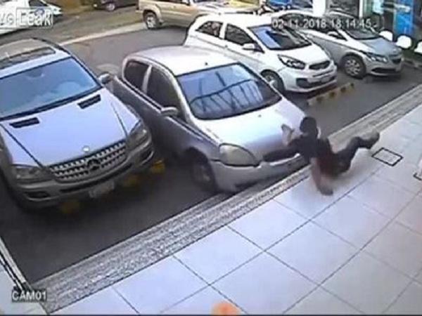 Nam thanh niên bị tài xế đâm gãy chân khi đứng xi nhan