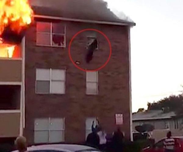 Cháy nhà, mẹ hốt hoảng thả con 1 tuổi từ tầng 3 xuống cho người lạ - Ảnh 1