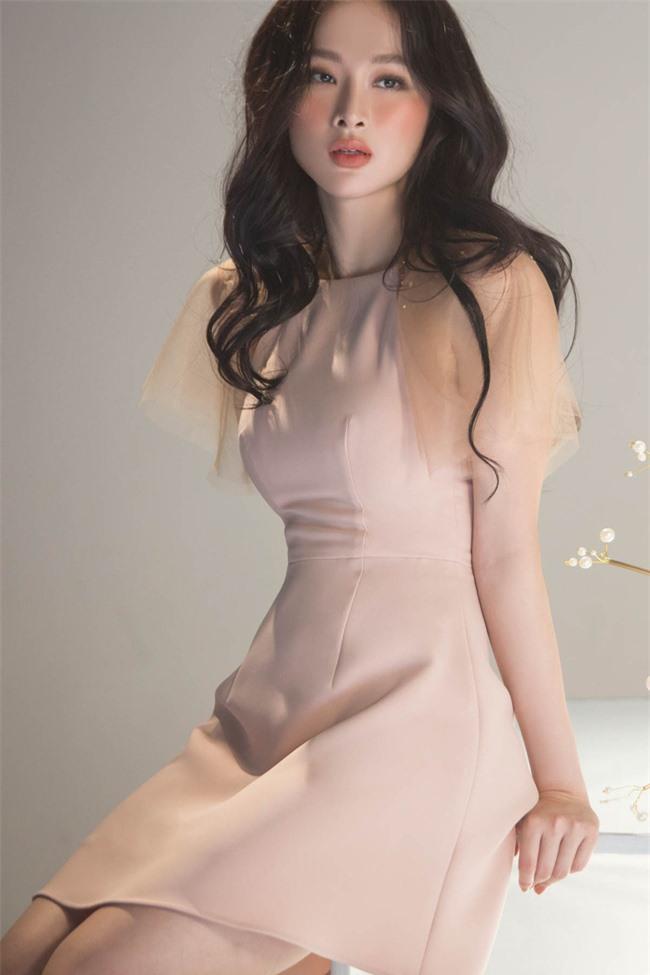 Không còn hứng khoe vòng 3 khủng,  Angela Phương Trinh trở lại với style 'nửa kín nửa hở' - Ảnh 2
