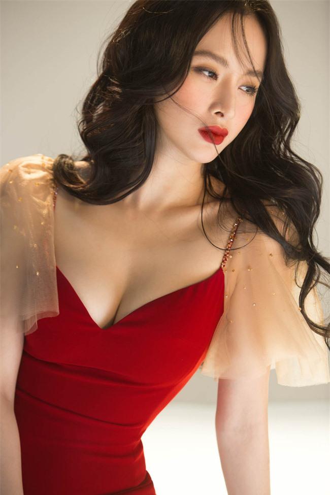 Không còn hứng khoe vòng 3 khủng,  Angela Phương Trinh trở lại với style 'nửa kín nửa hở' - Ảnh 4
