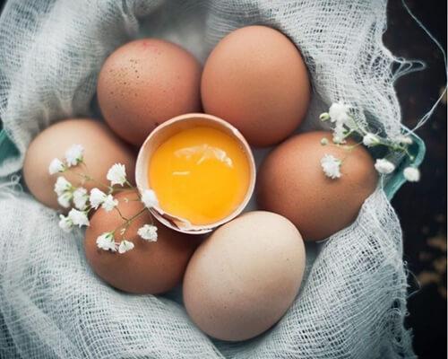 Trứng chứa rất nhiều vitamin B5, B6 có tác dụng duy trì sự cân bằng nội tiết tố và giảm căng thẳng