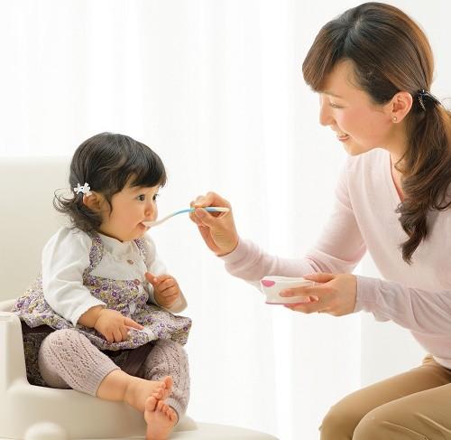 Tập cho trẻ ăn dặm đúng cách, tránh nguy cơ biếng ăn về sau cha mẹ cần làm gì? - Ảnh 1