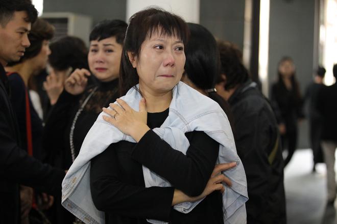 Nghệ sĩ Hương Tươi khóc nghẹn trước sự ra đi của NSND Anh Tú ở tuổi 56.