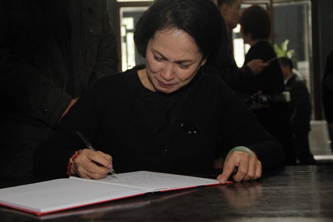 Nghệ sĩ Lan Hương khóc nức nở khi viết lời sau cùng cho cố nghệ sĩ Anh Tú trong sổ tang.