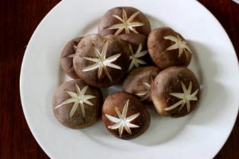 Gà om nấm thơm lừng, bổ dưỡng - Ảnh 1