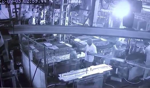 Nam công nhân và quản lý đùa nghịch xịt vòi khí nén