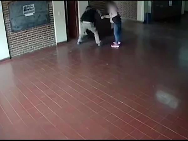 Người đàn ông đấm liên tiếp vào mặt thầy giáo của con gái