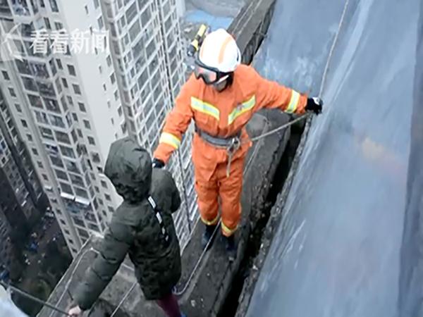 Không muốn đến trường, bé trai 8 tuổi định nhảy lầu từ tầng 33