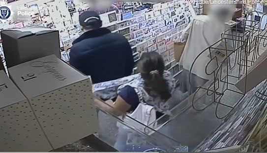 Hành động trộm ví của cụ bà khiến người phụ nữ này bị cư dân mạng chỉ trích dữ dộ