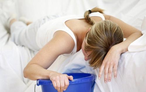 Người bị ngộ độc thường có cảm giác buồn nôn và nôn ngay, có khi nôn cả ra máu, đau bụng, tiêu chảy nhiều lần (phân, nước tiểu có thể có máu) có thể không sốt hay sốt cao trên 38 độ C.