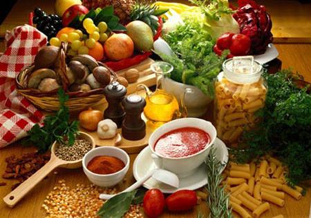 Khi bị ngộ độc thực phẩm, người bệnh cần tránh những đồ ăn cay nóng và nhiều dầu mỡ.
