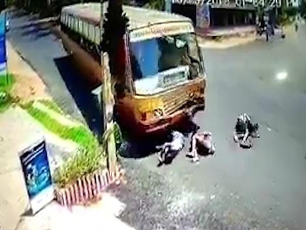 Ba thanh niên lao thẳng vào xe buýt ngã ra đường