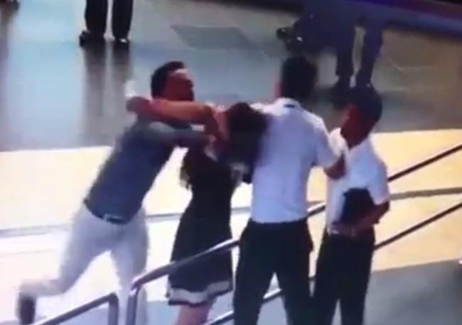 Những vụ hành khách đánh chửi, hành hung nhân viên hàng không khiến dư luận phẫn nộ - Ảnh 3