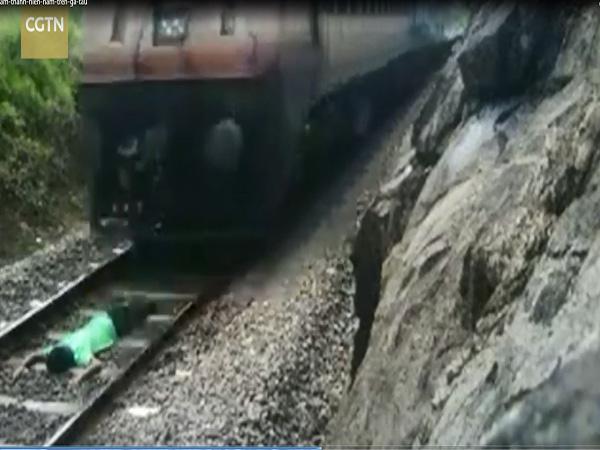 Nam thanh niên liều chết nằm dưới đường ray cho tàu chạy qua