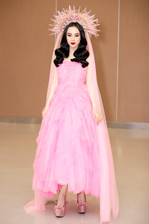 Angela Phương Trinh đầy mê hoặc với gam hồng thời thượng dự show thời trang - Ảnh 1