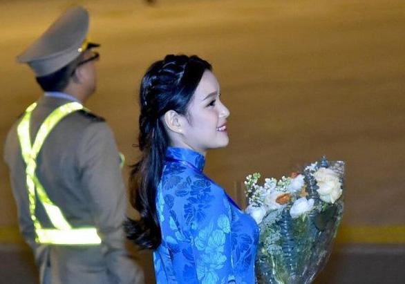 9X tặng hoa cho ông Trump ở sân bay Nội Bài: một cô gái thú vị! - Ảnh 2