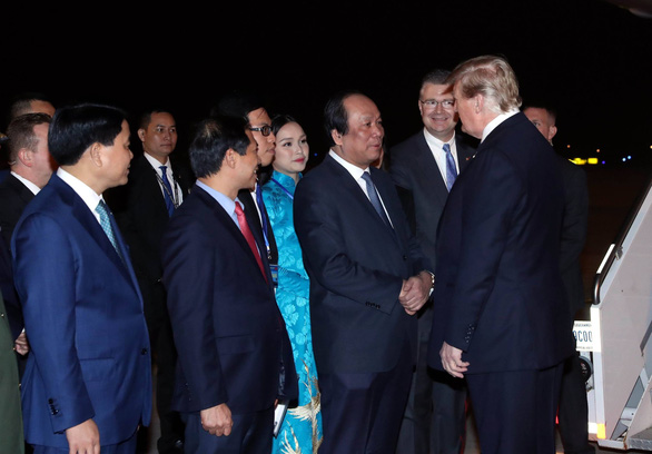 9X tặng hoa cho ông Trump ở sân bay Nội Bài: một cô gái thú vị! - Ảnh 1